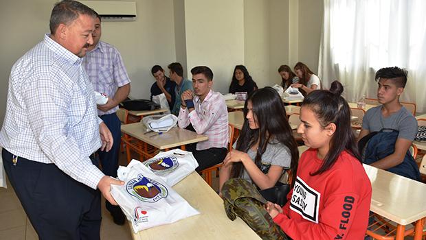 Ceyhan Belediyesi öğrencilere ücretsiz kitap seti dağıtıldı