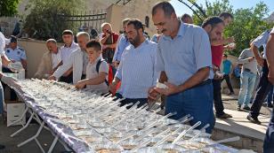 Kozan Belediyesi binlerce kişiye aşure dağıttı
