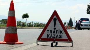 Adana'da Kamyon ile Polis Aracı Çarpıştı: 2 Yaralı