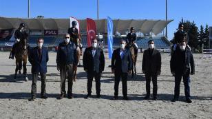 Vali Elban, dereceye giren sporcuların ödüllerini  verdi