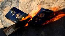 ABD'ye Kızdı, Çocuklarının Pasaportlarını Yaktı