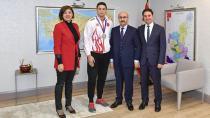 Şampiyon gururunu Vali Demirtaş ile paylaştı...