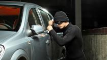 Otomobilinde Hırsızı Görünce Şok Yaşadı...