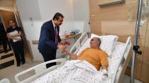 Başkan Çetin, hastaları ziyaret ve karanfil dağıttı