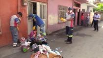 Evinde biriktirdiği çöpler sokağa taştı