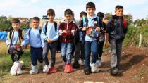 Ayaklarında poşetle okula gidiyorlar...