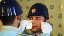 Dolmabahçe Sarayı'nda nöbetteki polis gözyaşlarını tutamadı