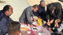 Başkan Aydar kaldırımda işçilerle kahvaltı yaptı