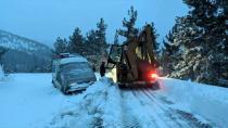 Pozantı'da kar yağışı nedeniyle yolda mahsur kalan sürücüler kurtarıldı