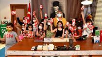Başkan Erdem'in makamı çocukların neşesiyle renklendi...